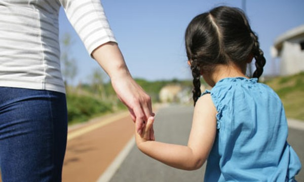 Girl-walking-with-mother-001